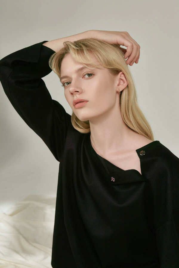 OPEN NECK WOOL BLOUSE :BLACK